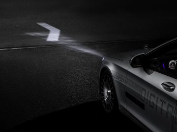 Mercedes- Benz DIGITAL LIGHT: The revolutionary headlamp technology DIGITAL LIGHT with almost dazzle-free main beam in HD quality and a resolution of more than two million pixels represents highest precision, optimal view for the driver almost without dazzling effect as well as performance, driver assistance and communication.