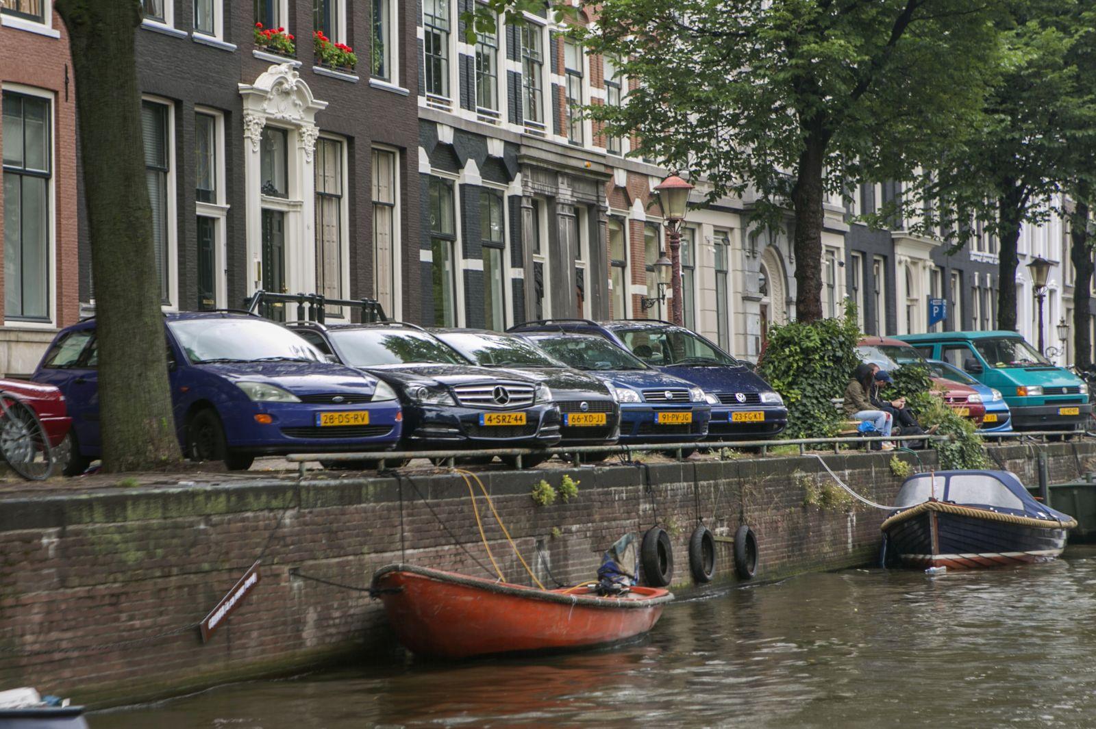 amsterdams stadsbestuur jaagt automobilist de stad uit