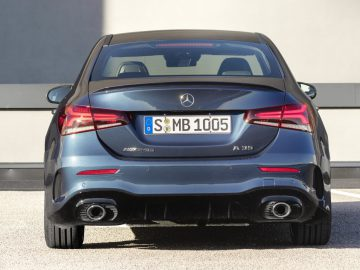 Mercedes-AMG A 35 4MATIC Limousine//Mercedes-AMG A 35 4MATIC Saloon, Kraftstoffverbrauch kombiniert: 7,3-7,2 l/100 km; CO2-Emissionen kombiniert: 167-164 g/km // Fuel consumption combined: 7.3-7.2 l/100 km; combined CO2 emissions: 167-164 g/km, denimblau // denim blue