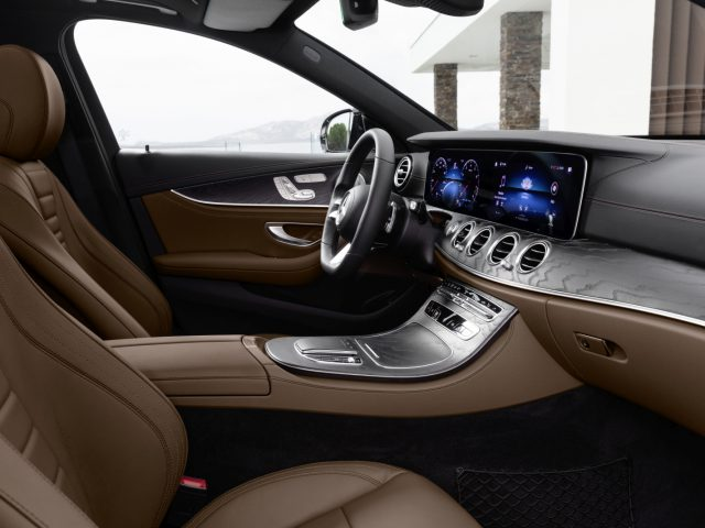 Mercedes-Benz E-Klasse Limousine, 2020, Outdoor; Interieur: Leder Nappa sattelbraun/schwarz, AMG Line, Holz-Zierteile Esche schwarz offenporig, Night Paket // Mercedes-Benz E-Class Sedan, 2020, Outdoor, interior: nappa leather saddle brown/black, AMG Line, open-pore black ash wood trim, night package