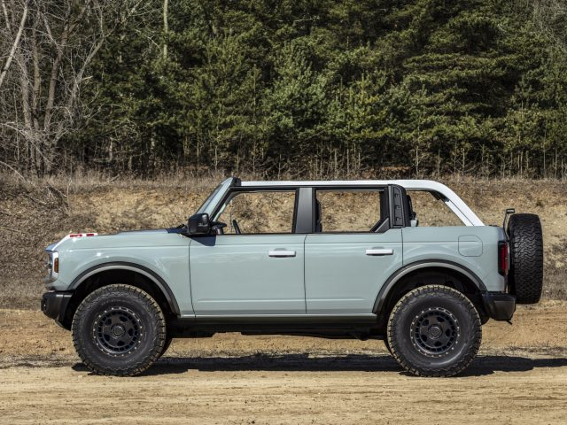 The four-door 2021 Bronco will have available removeable modular roof sections – left and right front panels, a full-width center panel and a rear section. Roof panels on both two- and four-door models can be easily removed by unlocking the latches from the interior to provide the largest overall open-top view in its class to take in the sunshine or to gaze at the stars at night. (Prototype not representative of production vehicle.)