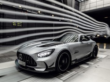Mercedes-AMG GT Black Series (Kraftstoffverbrauch kombiniert: 12,8 l/100 km, CO2-Emissionen kombiniert: 292 g/km), 2020, Windtunnel, Exterieur, Aerodynamik, hightechsilber, Front, Seitenansicht, Rad, Kühlergrill, Frontdiffusor // Mercedes-AMG GT Black Series (combined fuel consumption: 12,8 l/100 km, combined CO2 emissions: 292 g/km), 2020, exterieur, aerodynamic, hightechsilver, front, side perspective, Wheel, Radiator grille, front diffusor