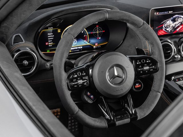 Mercedes-AMG GT Black Series (Kraftstoffverbrauch kombiniert: 12,8 l/100 km, CO2-Emissionen kombiniert: 292 g/km), 2020, Interieur, Lenkrad, AMG Performance Lenkrad Mikrofaser DINAMICA mit AMG Lenkradtasten // Mercedes-AMG GT Black Series (combined fuel consumption: 12,8 l/100 km, combined CO2 emissions: 292 g/km), 2020, Interieur, Steering wheel, AMG performance steering wheel microfibre DINAMICA with AMG steering wheel buttons