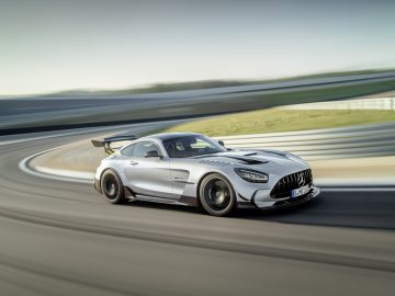 Mercedes-AMG GT Black Series (Kraftstoffverbrauch kombiniert: 12,8 l/100 km, CO2-Emissionen kombiniert: 292 g/km), 2020, Exterieur, Rennstrecke, dynamisch, Front, Seite,  hightechsilber // Mercedes-AMG GT Black Series (combined fuel consumption: 12,8 l/100 km, combined CO2 emissions: 292 g/km), 2020, exterieur, race track, dynamic, front, side, hightechsilver