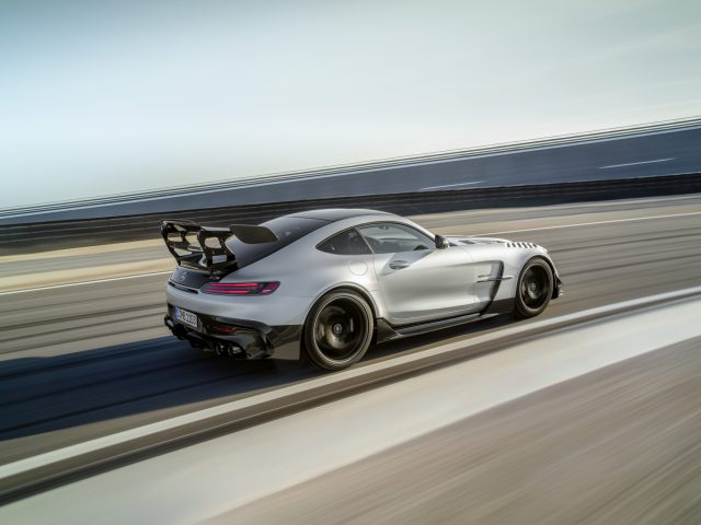 Mercedes-AMG GT Black Series (Kraftstoffverbrauch kombiniert: 12,8 l/100 km, CO2-Emissionen kombiniert: 292 g/km), 2020, Exterieur, Rennstrecke, dynamisch, Seite, doppelter Heckflügel, hightechsilber // Mercedes-AMG GT Black Series (combined fuel consumption: 12,8 l/100 km, combined CO2 emissions: 292 g/km), 2020, exterieur, race track, dynamic, side, double rear wing, hightechsilver