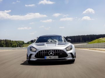 Mercedes-AMG GT Black Series (Kraftstoffverbrauch kombiniert: 12,8 l/100 km, CO2-Emissionen kombiniert: 292 g/km), 2020, Exterieur, Rennstrecke, dynamisch, Front, Kühlergrill, Frontdiffusor, Flics, Air Curtains, hightechsilber // Mercedes-AMG GT Black Series (combined fuel consumption: 12,8 l/100 km, combined CO2 emissions: 292 g/km), 2020, exterieur, race track, dynamic, front, radiator grille, front diffusor, Flics, Air Curtains,  hightechsilver