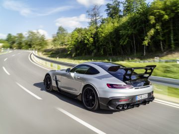 Mercedes-AMG GT Black Series (Kraftstoffverbrauch kombiniert: 12,8 l/100 km, CO2-Emissionen kombiniert: 292 g/km), 2020, Exterieur, Landstrasse, dynamisch, Heck, Seite, doppelter Heckflügel, Diffusor, hightechsilber // Mercedes-AMG GT Black Series (combined fuel consumption: 12,8 l/100 km, combined CO2 emissions: 292 g/km), 2020, exterieur, public road, dynamic, rear, side, double rear wing, diffusor, hightechsilver