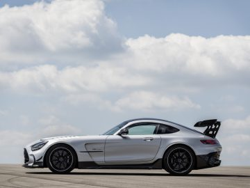 Mercedes-AMG GT Black Series (Kraftstoffverbrauch kombiniert: 12,8 l/100 km, CO2-Emissionen kombiniert: 292 g/km), 2020, Exterieur, Seite, hightechsilber // Mercedes-AMG GT Black Series (combined fuel consumption: 12,8 l/100 km, combined CO2 emissions: 292 g/km), 2020, Exterieur, side, hightechsilver
