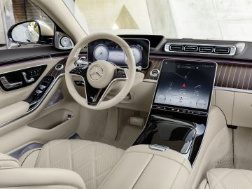 Mercedes-Maybach S-Klasse; Exterieur: designo rubelitrot/kalaharigold; Interieur: Leder Nappa macchiatobeige/bronzebraun pearl; Zierteile: designo Holz Walnuss braun offenporig aluminium lines   Mercedes-Maybach S-Class; exterior: designo rubelit red/kalahari gold; interior: Leather Nappa macchiato beige / bronze brown pearl; trim parts: designo brown open-pore walnut wood with aluminium lines